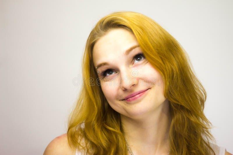Miedzianowłosi dziewczyna uśmiechy i patrzeją up zdjęcie royalty free