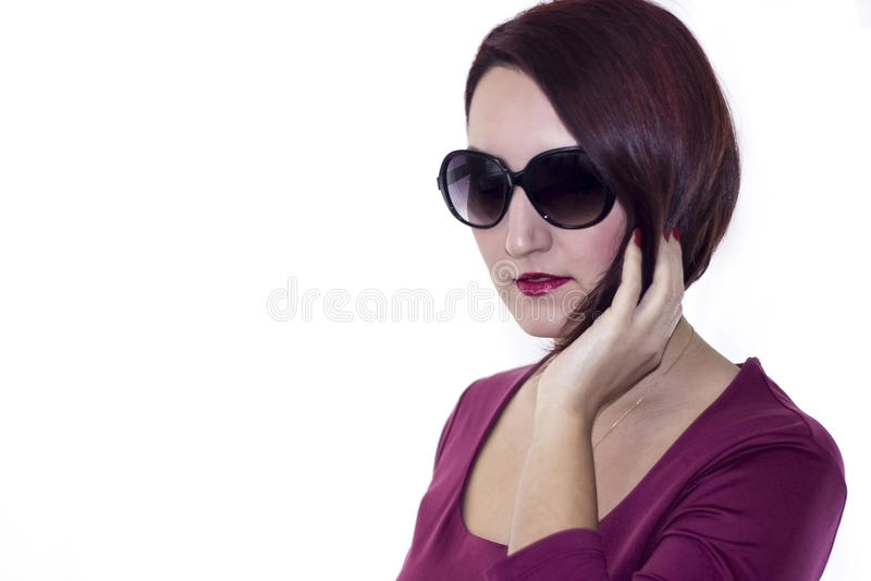 Miedzianowłosy żeński pozować z białym tłem zdjęcie royalty free