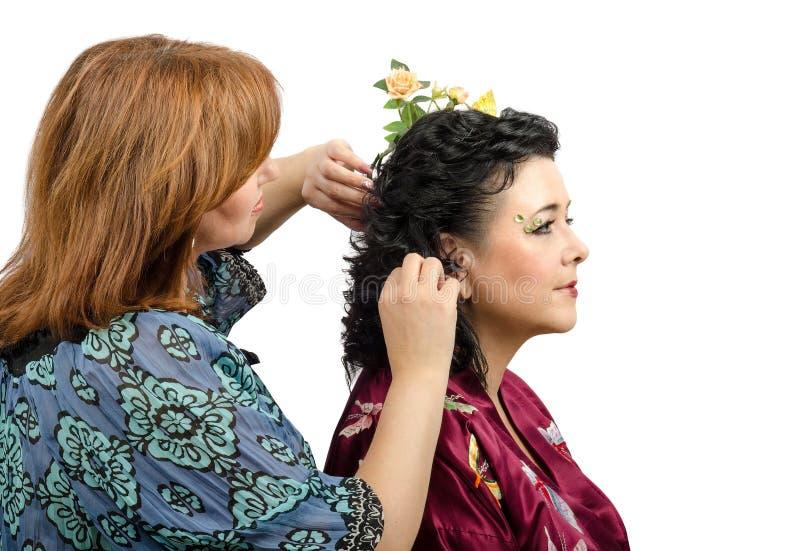Miedzianowłosy fryzjer daje nowej fryzurze dojrzała kobieta fotografia royalty free
