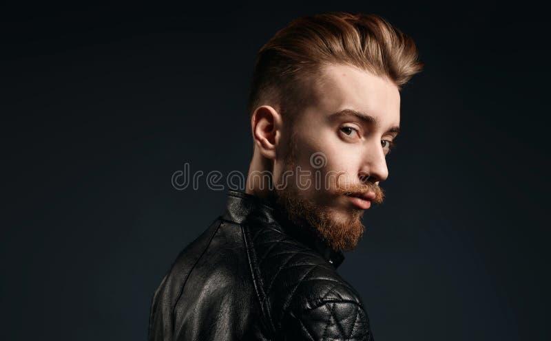 Miedzianowłosy młody człowiek loking z powrotem fotografia stock