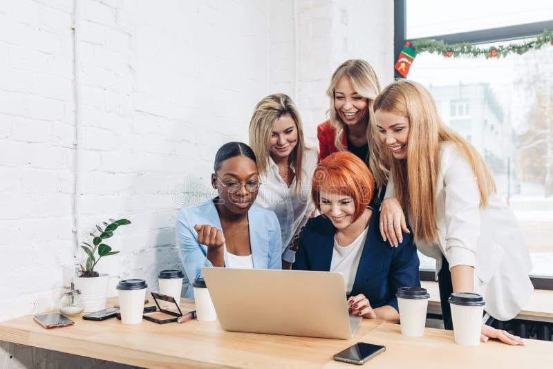 Miedzianowłosy nauczyciel wyjaśnia nowego materiał na ekonomii żeńscy ucznie zdjęcia stock