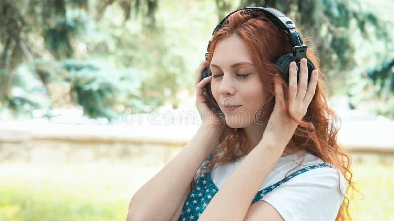 Miedzianowłosy piegowaty nastolatka taniec w parku zdjęcia stock