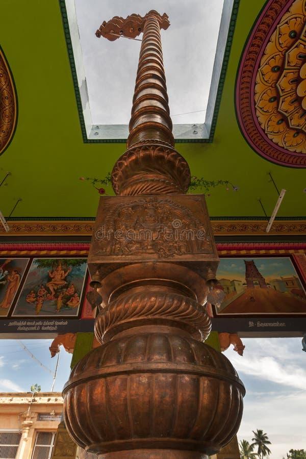 Miedziany flagpole przy Mahalingeswarar świątynią zdjęcie stock