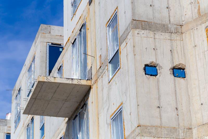 MIEDZYZDROJE, POLÔNIA - 26 DE JUNHO DE 2018 Construção sob a construção Exterior da casa de apartamento fotografia de stock royalty free