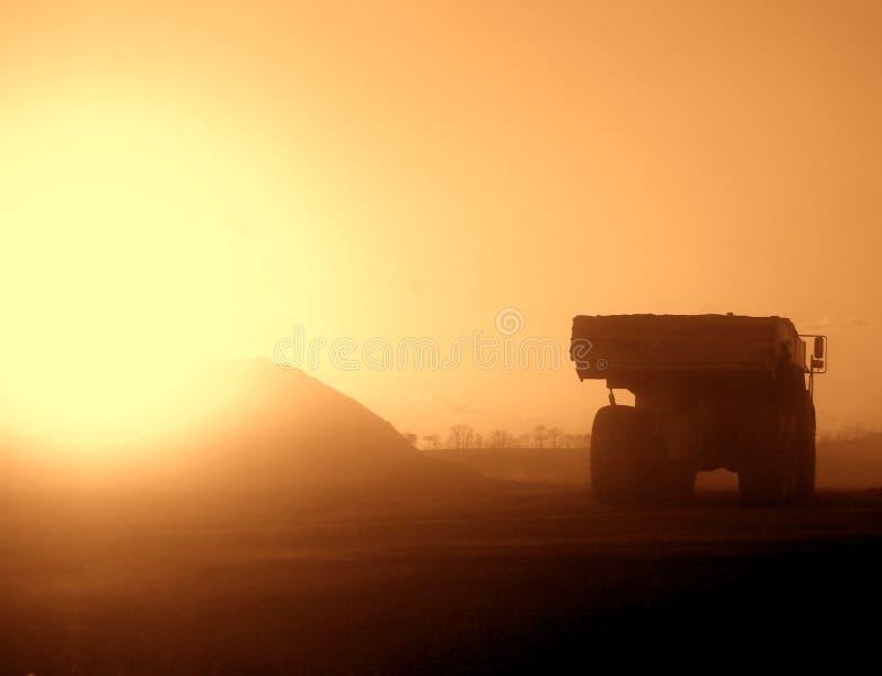 miejsca budowy sunset zakurzona ciężarówka. zdjęcie royalty free