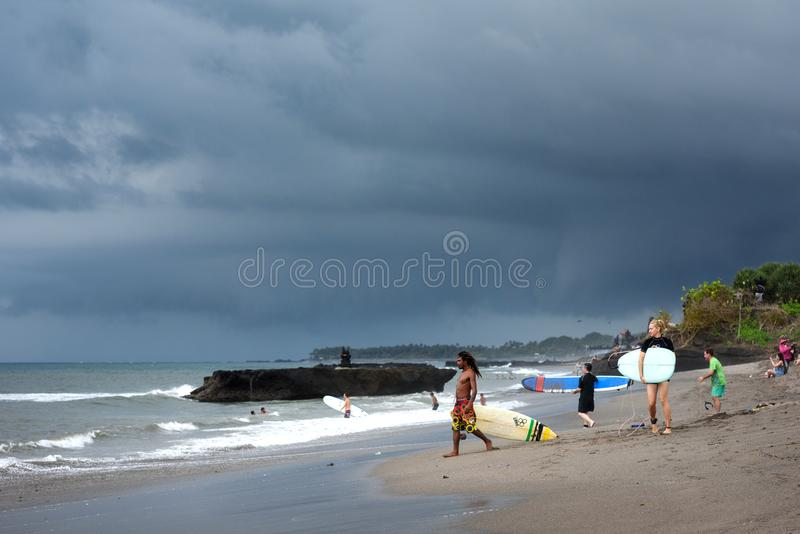 miejsca przeznaczenia szkła target885_0_ mapy podróż Surfingowowie z surfboards, burz chmury Batu Bolong plaża, Canggu, Bali, Ind obrazy stock