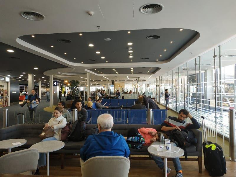 Miejsca siedzące teren przy abordaż bram Ezeiza lotniskiem obraz stock
