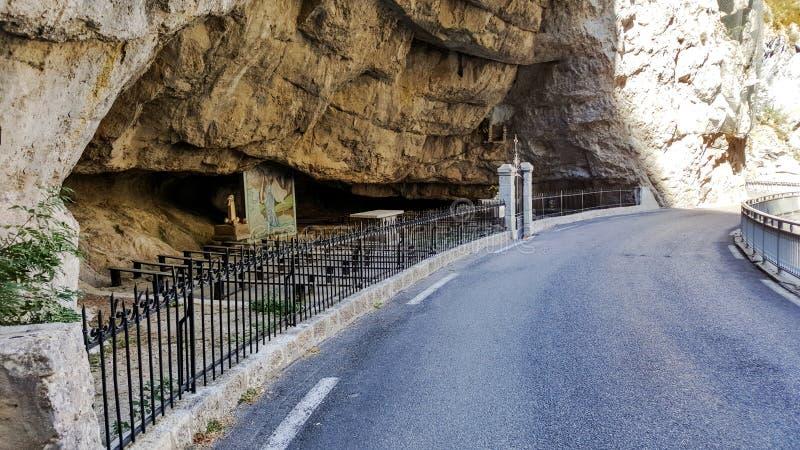 Download Miejsce Dla Modlitwy Obok Drogi W Skale Obraz Stock - Obraz złożonej z góra, droga: 106919887