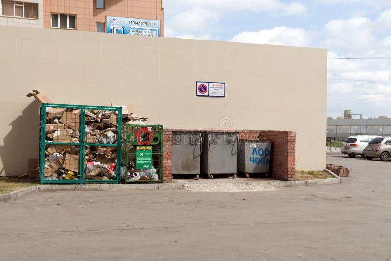 Miejsce dla zbierać oddzielnych gruzy blisko ściany w Krasnoyarsk fotografia royalty free