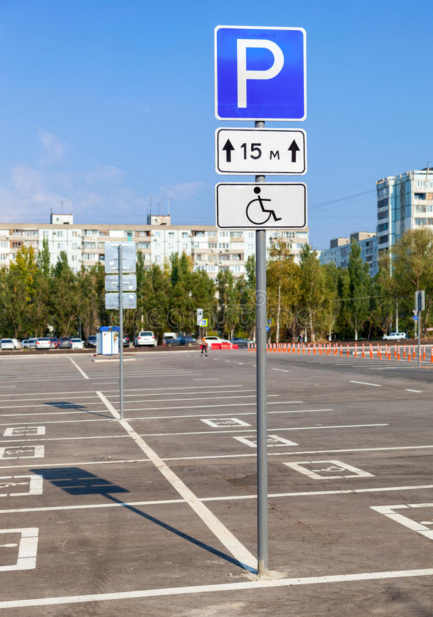 Miejsce do parkowania rezerwujący dla niepełnosprawnych kupujących zdjęcie stock