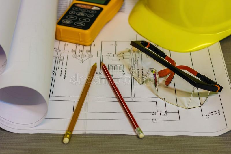 Miejsce pracy architekt Na stołowych zakończenie rysunkach, fotografia stock
