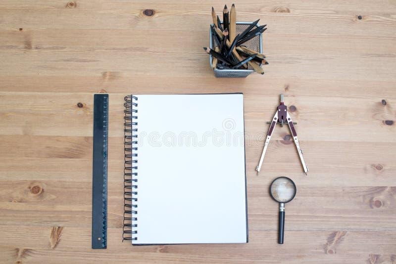 Miejsce pracy artysty odgórny widok Materiały z notatnikiem na drewnianym stole zdjęcia stock