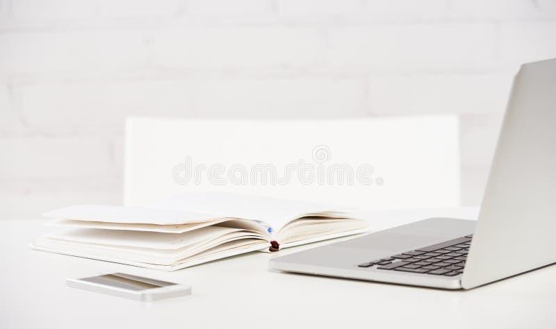 Miejsce pracy biznes notatnik, laptop, komputer osobisty, telefon komórkowy, pióro obraz royalty free