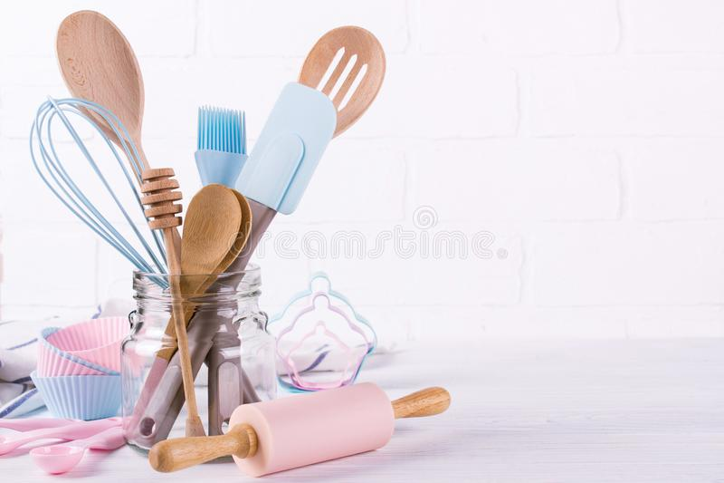 Miejsce pracy cukierniczka, karmowi składniki i akcesoria dla robić deserowi, tło dla teksta fotografia stock