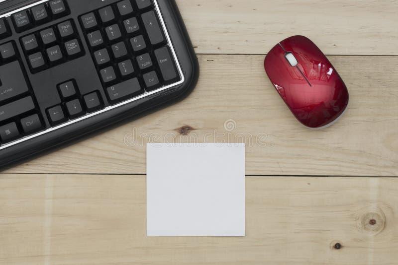 Miejsce pracy, klawiaturowa mysz i notepaper na drewno stole, zdjęcie royalty free