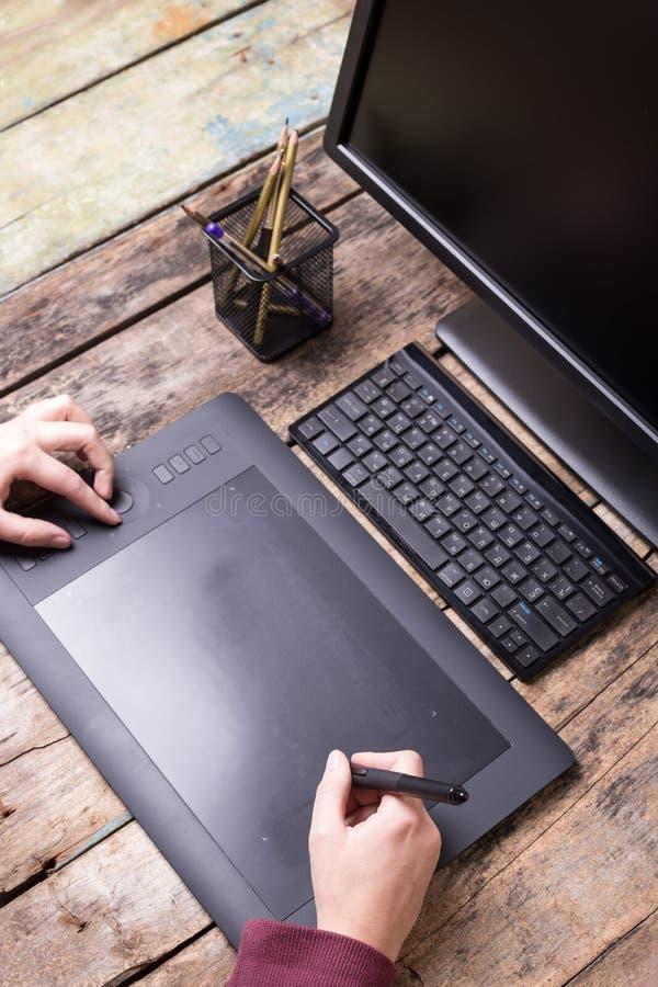 Miejsce pracy projektant grafik komputerowych Artysta z pastylką obrazy stock
