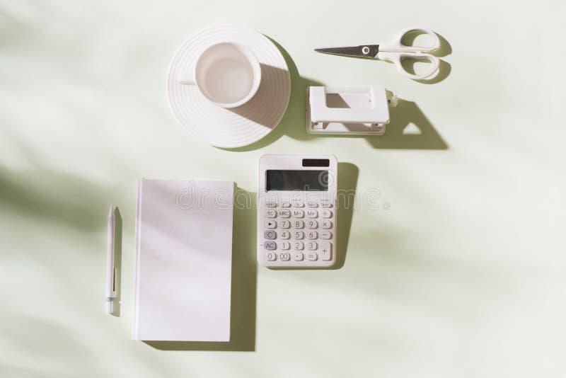 Miejsce pracy z biurowymi rzeczami i biznesowymi elementami na biurku Poj?cie dla oznakowa? Odg?rny widok - Wizerunek obrazy royalty free