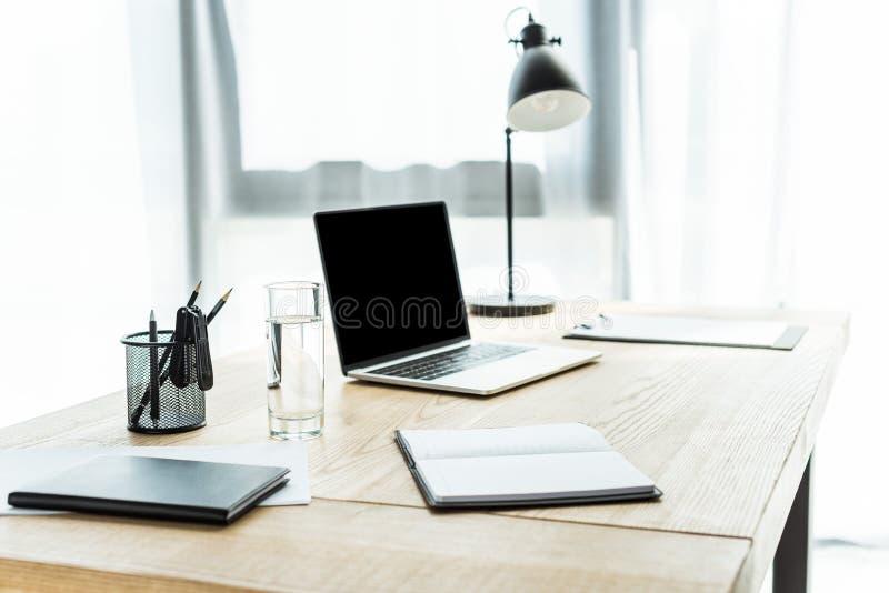 miejsce pracy z laptopem i różne dostawy przy nowożytnym biurem obrazy royalty free