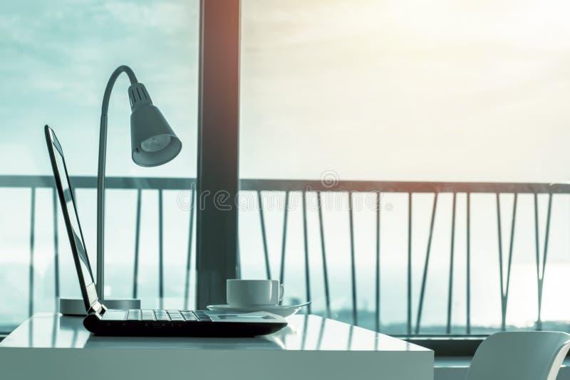 Miejsce pracy z laptopem na biurku przeciw okno obrazy royalty free