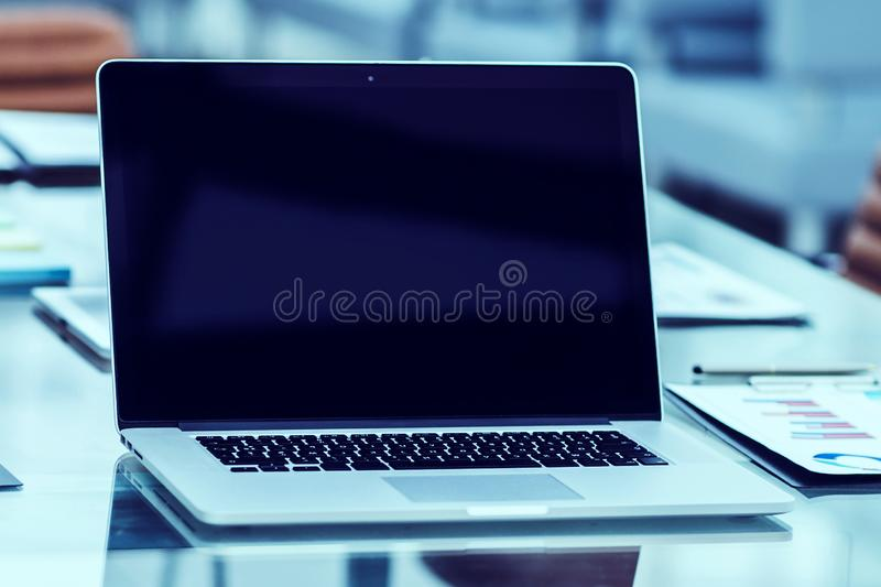 miejsce pracy z otwartym laptopem i pieniężni dokumenty przygotowywaliśmy dla spotykać partnerów biznesowych obraz stock