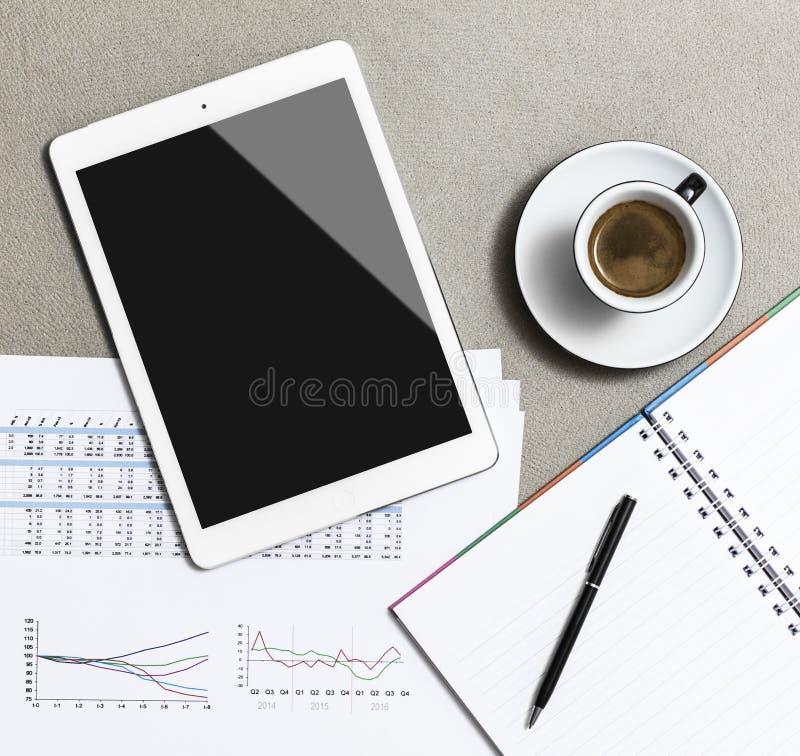 Miejsce pracy z pustą cyfrową pastylką, kawiarnią, notatnikiem i piórem na stole robić granit, zdjęcie stock