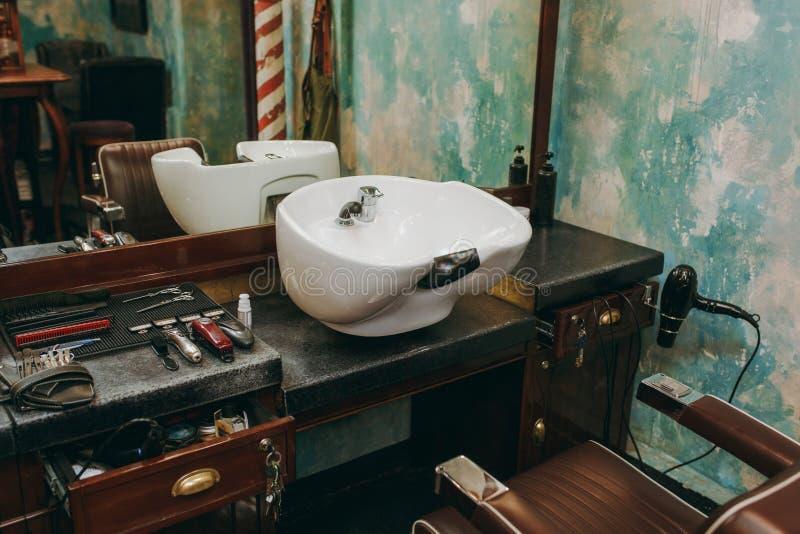 Miejsce pracy z washbasin w zakładzie fryzjerskim piękno salon wewnętrzny luksusowy obrazy stock