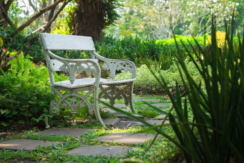 Miejsce spoczynku, Biały krzesło w ogródzie, las obrazy stock