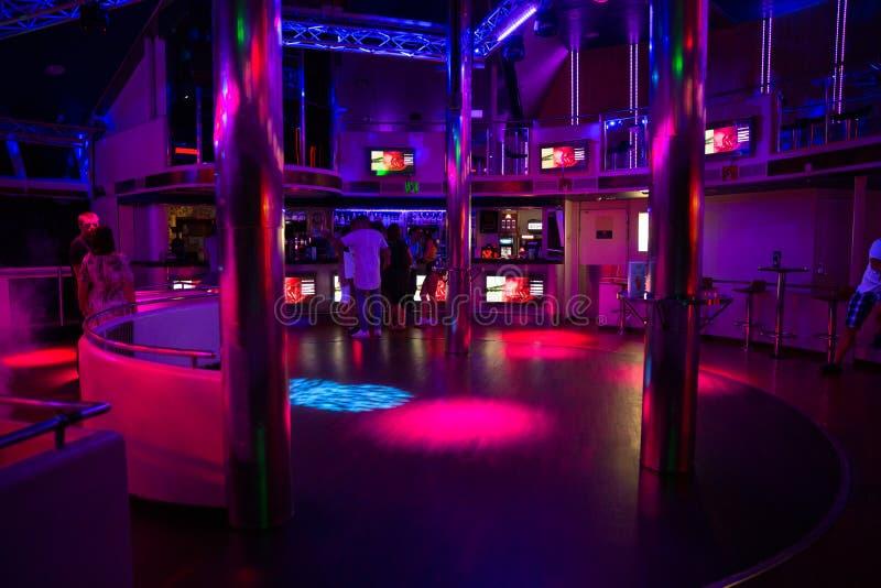 Miejsce statku dyskoteki pokład Latvia Światła, dyskoteki muzyka i zaludniają obraz stock