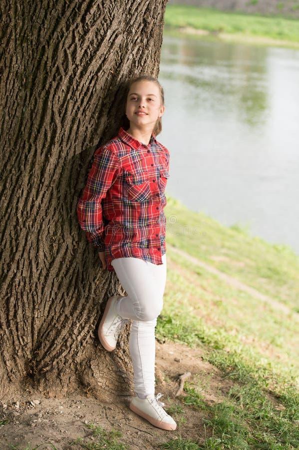 miejsce w?adzy Dziewczyny mały śliczny dziecko cieszy się pokój i spokój przy brzeg rzekim Pokojowy miejsce Rzeka rozjaśnia umysł zdjęcia stock