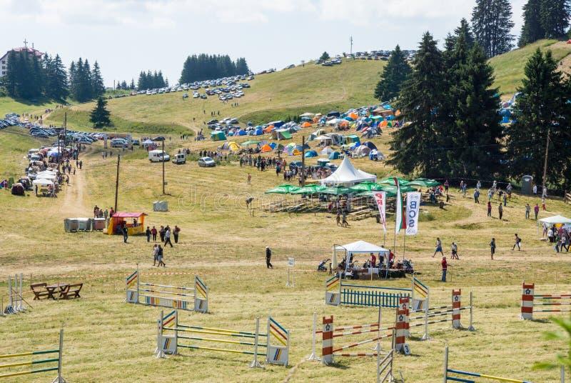 Miejsce wydarzenia końskie rywalizacje przy festiwalem Rozhen w Bułgaria fotografia royalty free