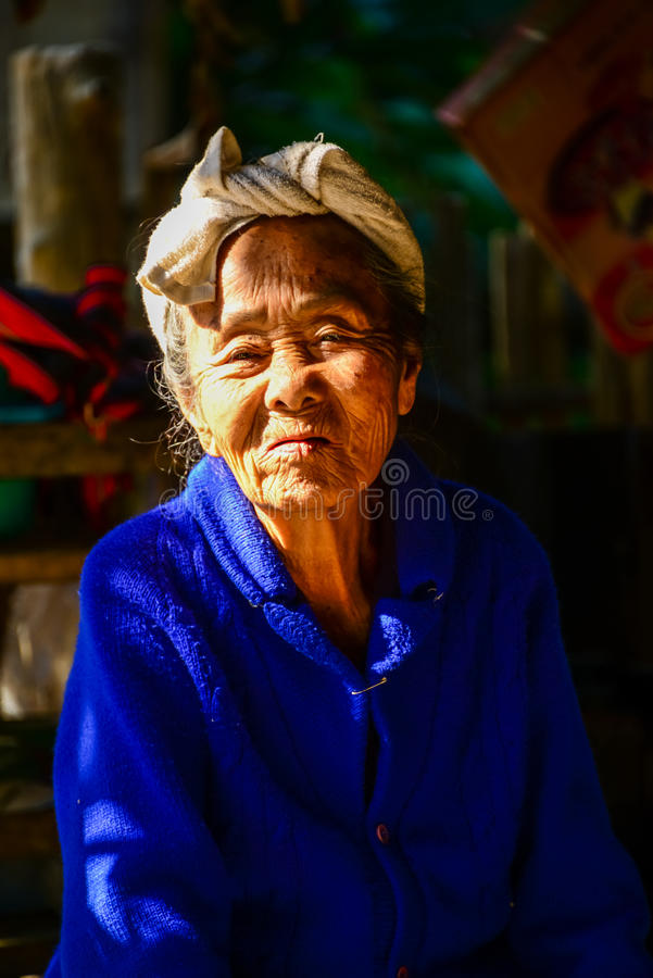 Miejscowa starsza kobieta w świetle i cieniu zdjęcie royalty free