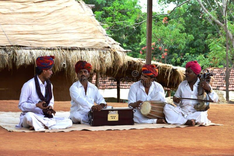 Miejscowego Rajasthani mężczyzna występ w Shilpgram, Udaipur, India obrazy royalty free
