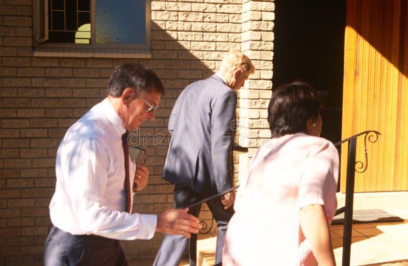 Miejscowi chodzi w kościół w Południowa Afryka zdjęcia royalty free
