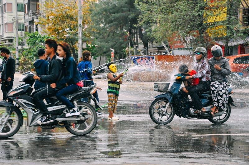 Miejscowi dostaje mokry podczas wodnego festiwalu w Mandalay zdjęcia royalty free