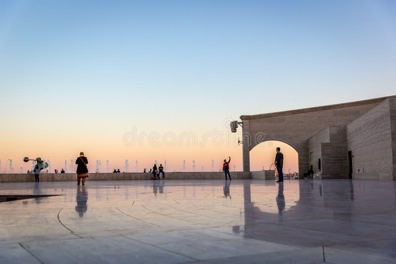 Miejscowi i mieszkanowie cieszy się otwartego teren w późnym popołudniu w Doha, Catar Doha, Katar, Jan - 9th 2018 - zdjęcie stock