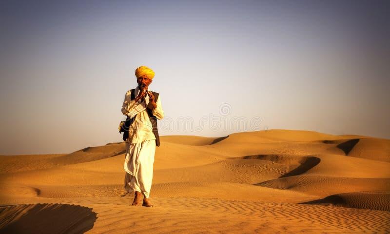 Miejscowy Indiański mężczyzna Bawić się wiatr drymby pustyni pojęcie obrazy royalty free