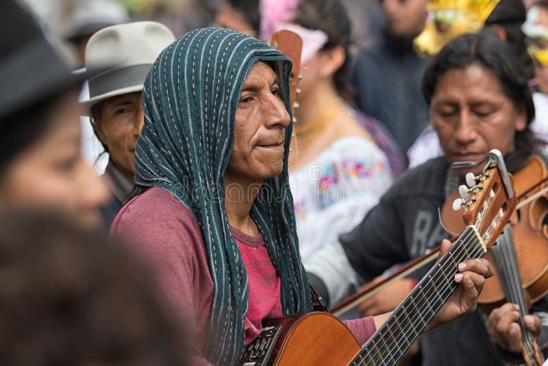 Miejscowy mężczyzna bawić się gitarę w Cotacachi Ekwador obrazy royalty free