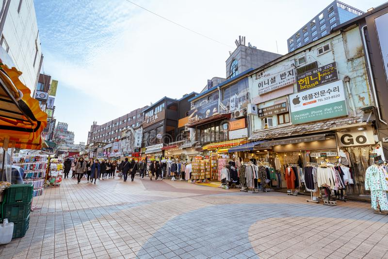 Miejscowy robi zakupy - wykłada przy Hongdae zakupy ulicą (Hongik uniwersytet) Hongdae jest zakupy kulturalnym ulicą dla młodzi l fotografia royalty free