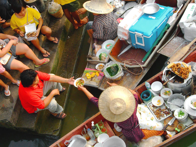 Miejscowy zaludnia owoc, jedzenie i produkty bubla, przy Amphawa spławowym rynkiem obraz royalty free