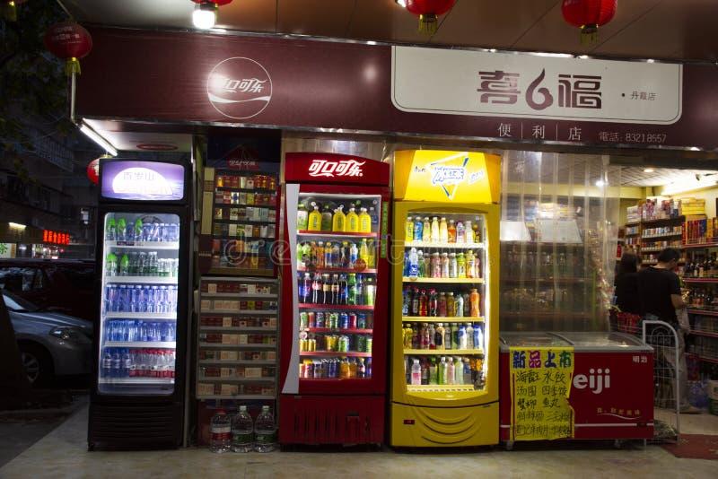 Miejscowych sklepowi, miękcy napoje w oziębiającym gabinecie dla i, Chiny obrazy stock