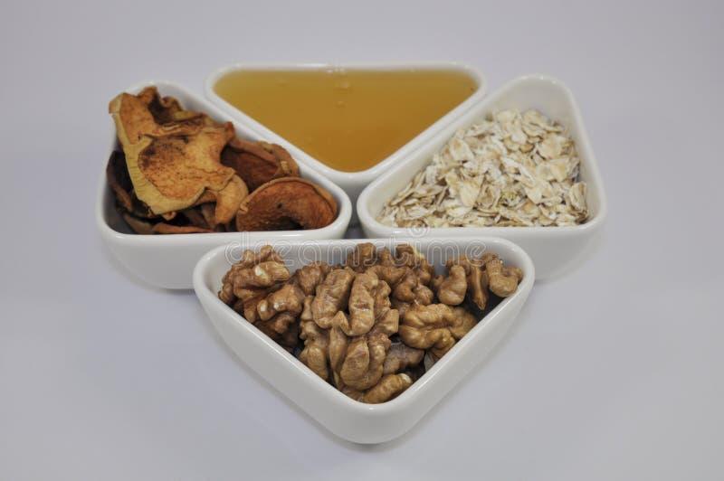 Miel, écrous, fruits secs et farine d'avoine photos libres de droits