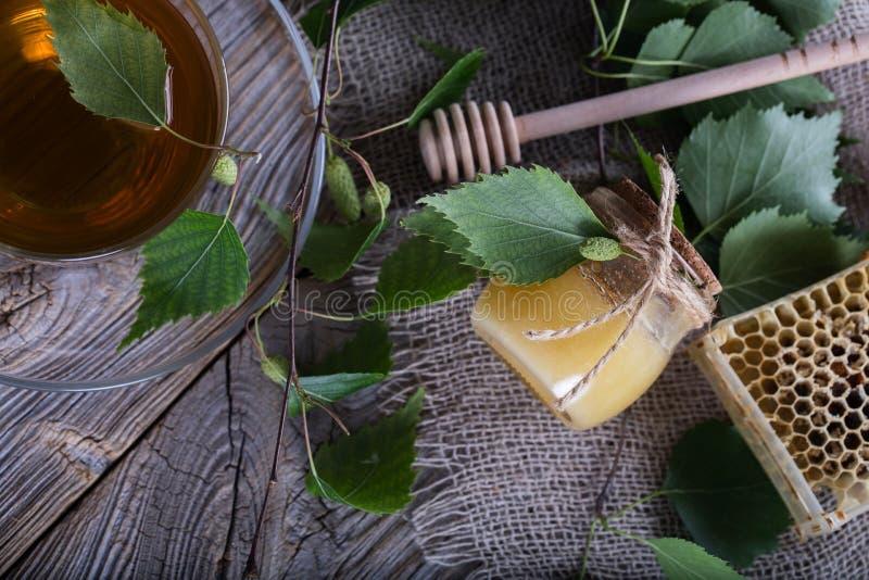 Miel con el extracto de la corteza de abedul en una botella de cristal fotografía de archivo libre de regalías