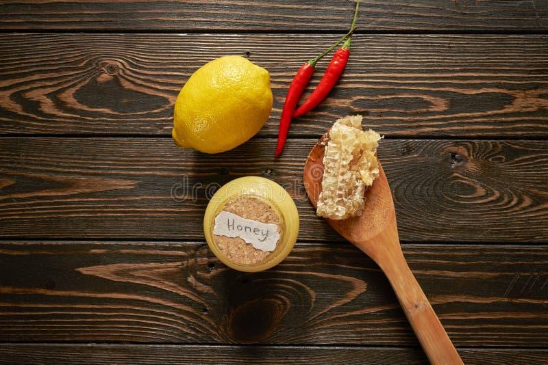 Miel con el limón y los chiles imagen de archivo libre de regalías