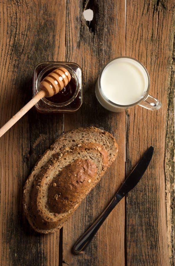 Miel con pan y leche imagen de archivo libre de regalías