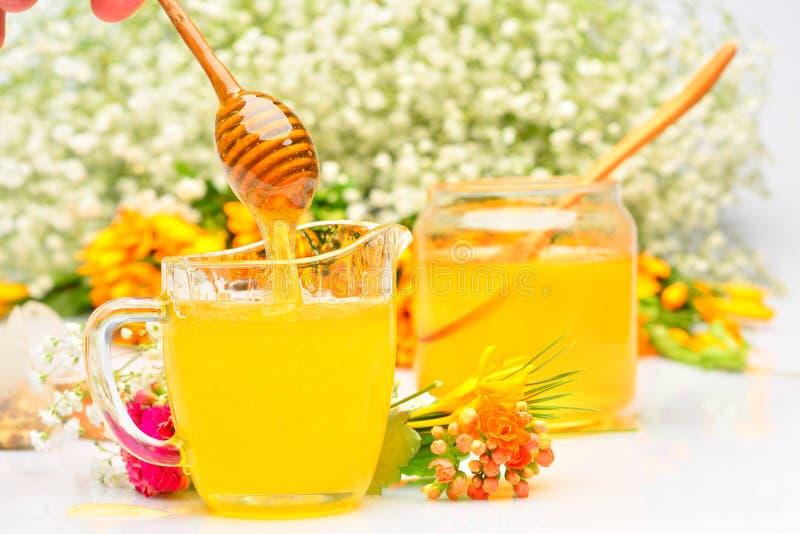 Download Miel D'or Versant Du Bâton En Bois Photo stock - Image du doux, frais: 56476618