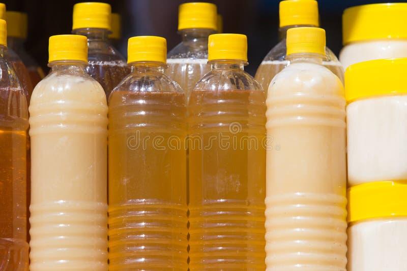 Miel dans des bouteilles comme fond image libre de droits