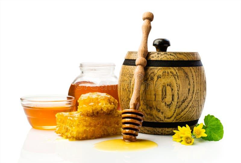 Miel dans le baril en bois avec le nid d'abeilles photographie stock