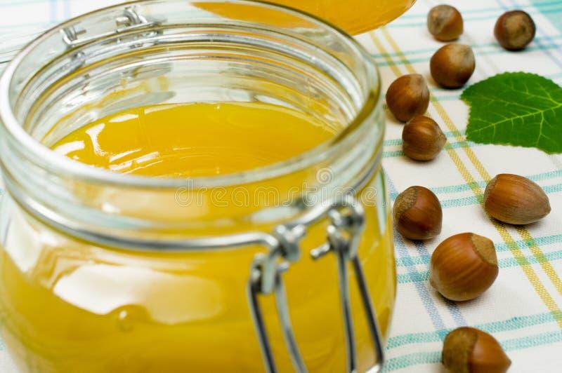 Miel dans un pot en verre images libres de droits