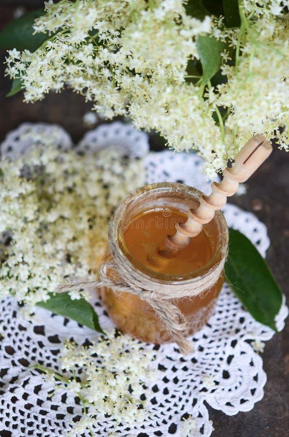Miel de fleur de sureau dans le pot photos libres de droits