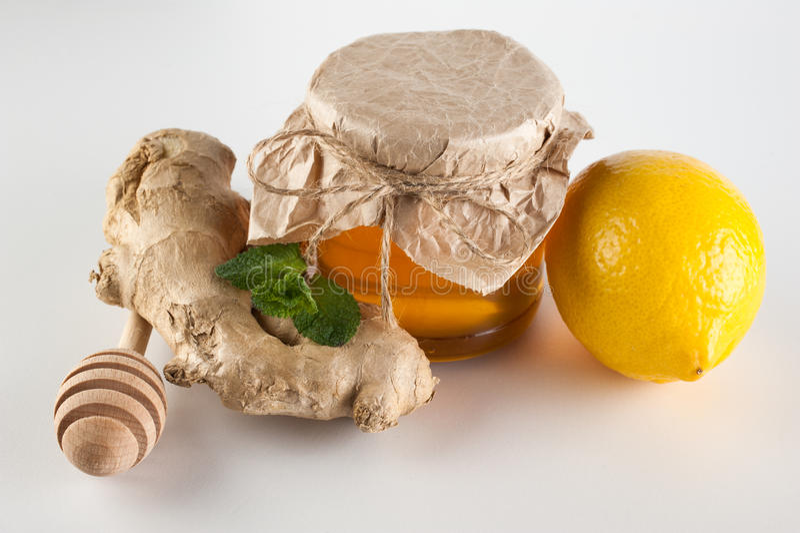 miel en pot menthe citron et gingembre sur un fond blanc photo stock image du choc herbe. Black Bedroom Furniture Sets. Home Design Ideas
